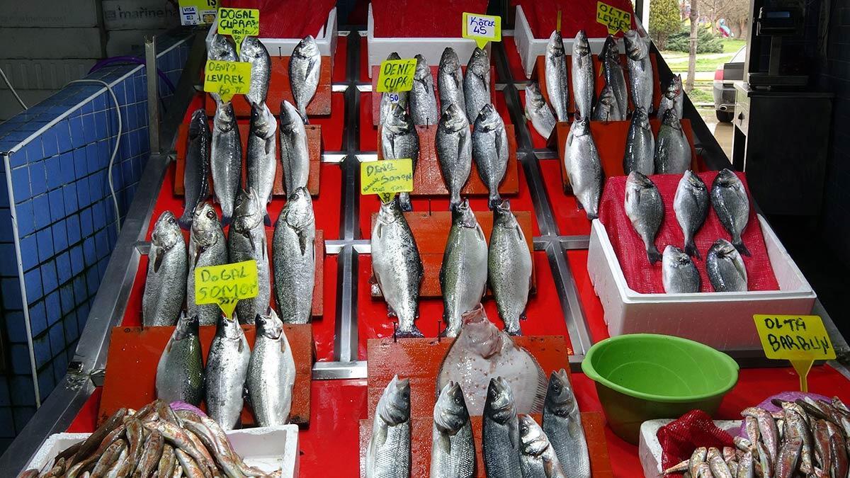 Samsun'da, yaklaşan denizlerde av yasağı öncesi tezgahlarda en fazla yer bulan mezgit, barbun ve somon balıkları yoğun talep görüyor.
