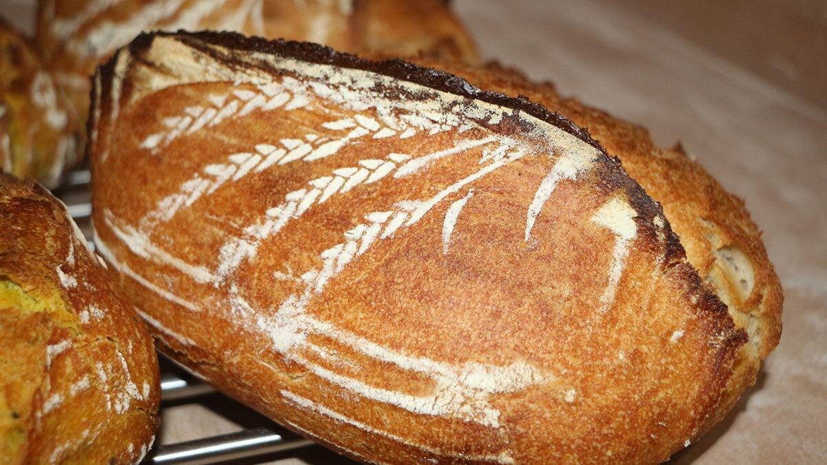 Renkli ekmekler, meraklıların ilgisini çekiyor