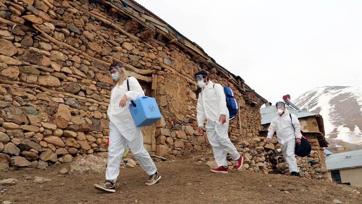 Van'ın çatak ilçesinde sağlık ekipleri, en ücra yerleşim yerlerine giderek zorlu coğrafyada aşılama çalışmalarını sürdürüyor.