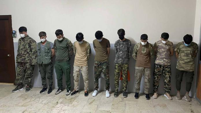 Askeri kamuflajla gezen 9 afgan göçmen yakalandı