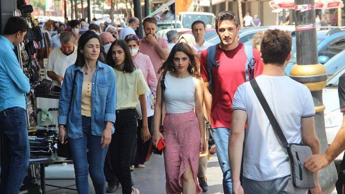 Diyarbakır'da maske ve mesafe kuralları unutuldu