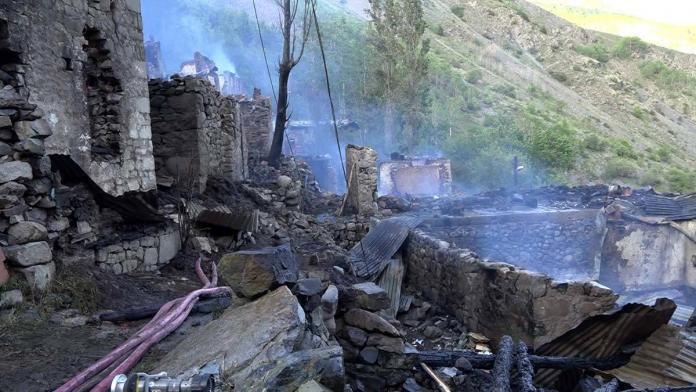 Yusufeli'nde dün yanan 33 evden geri enkaz kaldı_