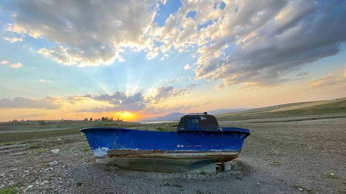 Alparslan-1 barajı'nda tekneler karaya oturdu