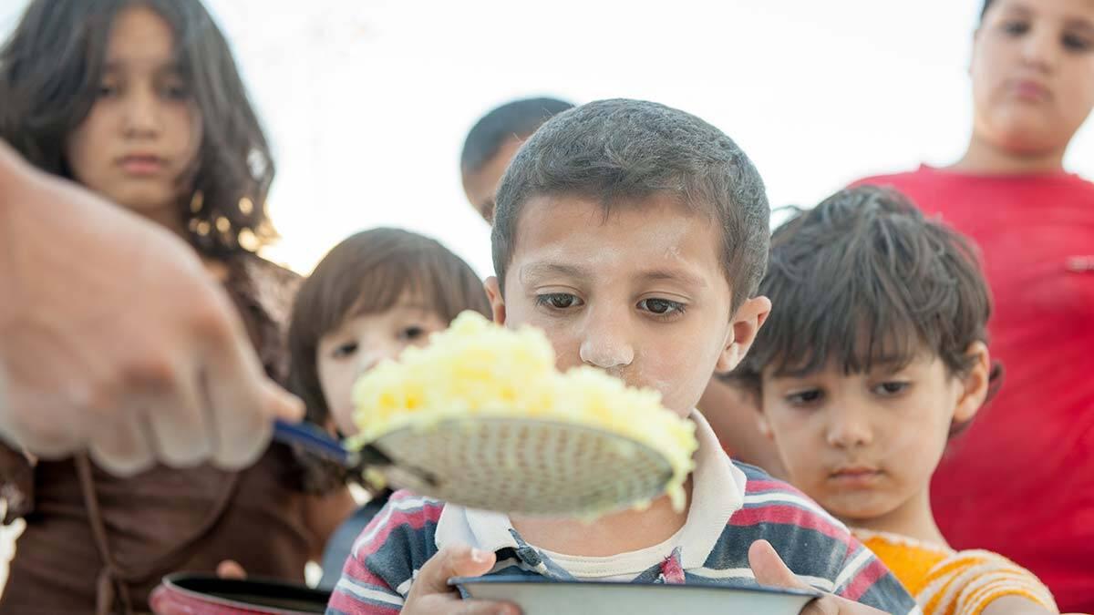 Türkiye'de mültecilerin eğitime katılım oranına bakarken 10 yıl önce ilk toplu nüfus hareketi ile türkiye'ye gelen suriyeliler dikkat çekiyor.