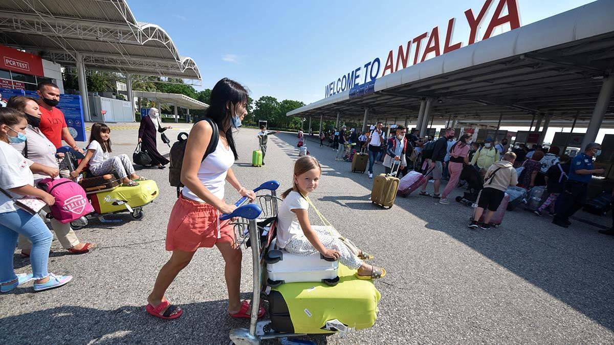 Antalya'da turizmde pandemi döneminin yaralarısarılmaya çalışılıyor. Antalya kültür ve turizm i̇l müdürlüğü verilerine göre, kente gelenlerden ilk sırada rus turistler yer aldı.