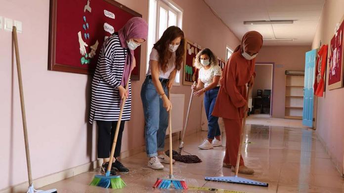 Öğretmenler, ellerine paspas ve fırça alıp okulu temizledi